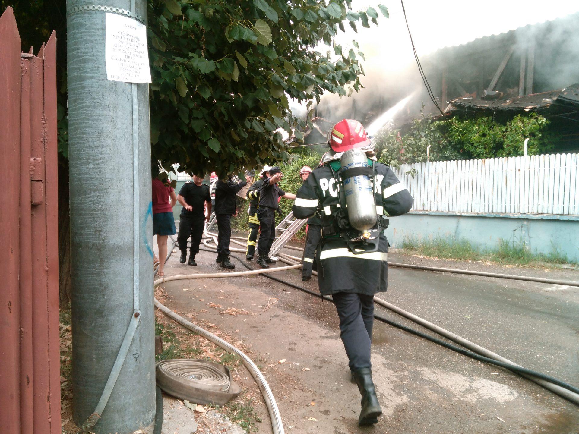 Incendiu puternic pe o stradă din Craiova. O persoană a murit