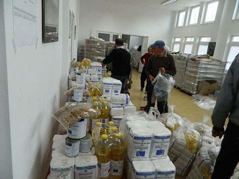 Slatina. Continuă distribuirea pachetelor cu alimente pentru persoanele defavorizate