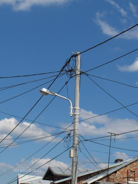 Un bărbat a murit după ce s-a electrocutat pe stâlpul de iluminat public