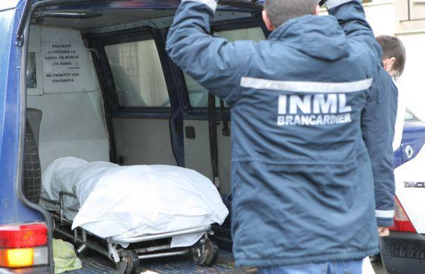 Moartă de mai multe zile, lăsată în casă pentru că nu avea cine să o transporte la IML