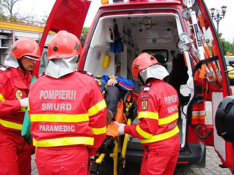 Un copil de șase ani a fost transportat la spital după ce a căzut de la etajul patru