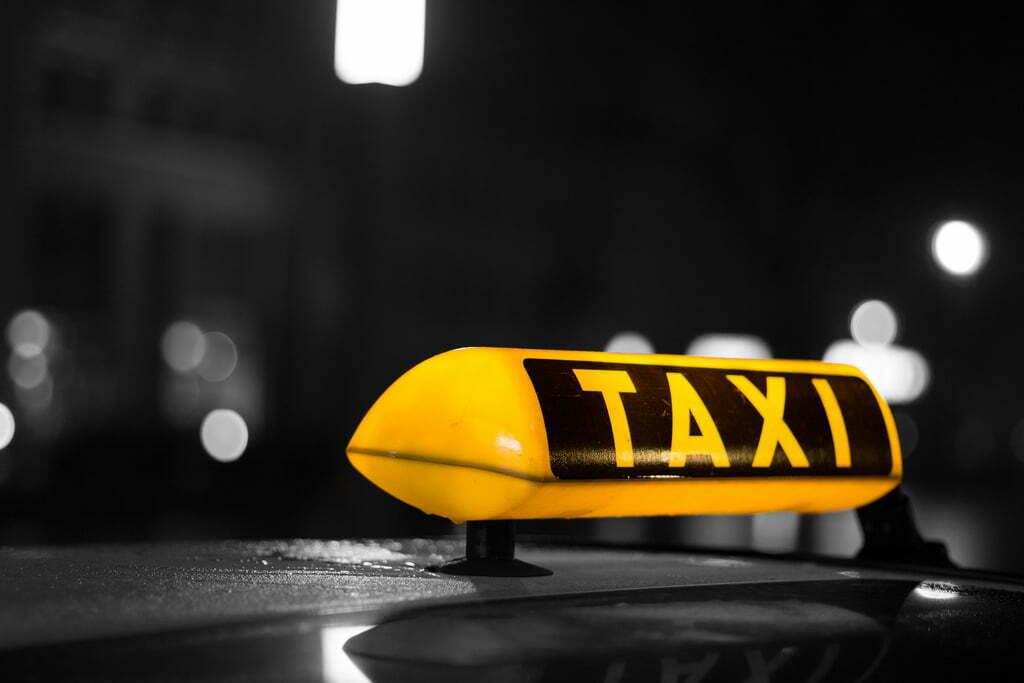 Taximetrist băgat de clienți în portbagaj