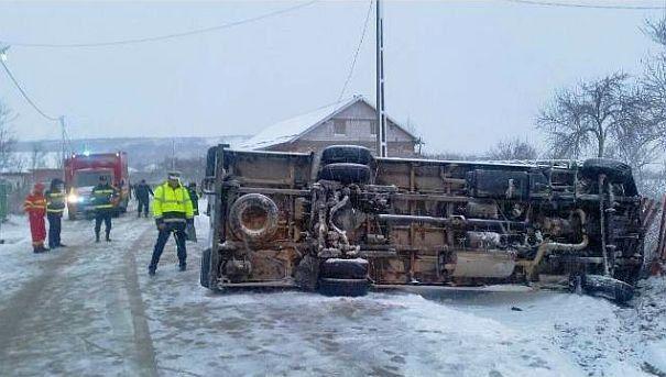 Microbuz cu 15 elevi, răsturnat în Olt. Trei  copii au fost răniți