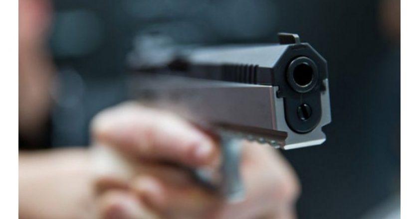 Video/ Cum a încercat un tânăr să vândă un pistol poliţiştilor