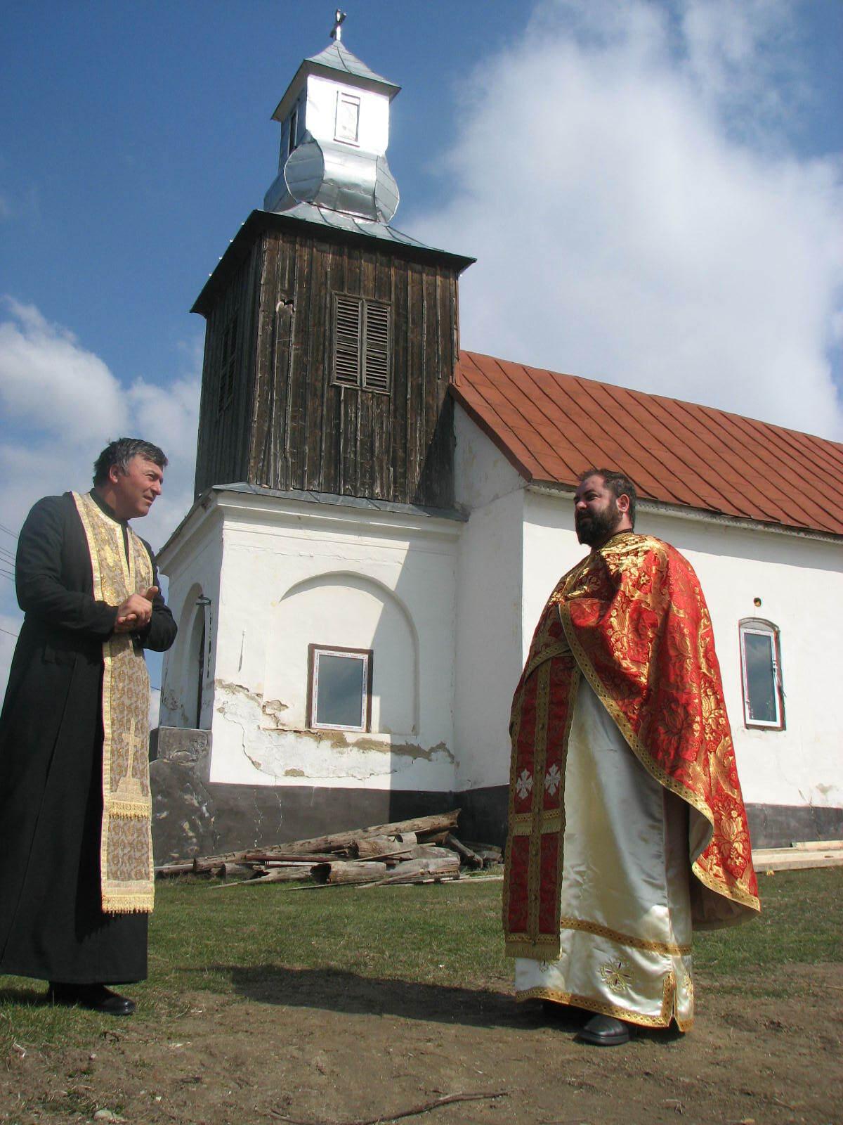 Video/ Biserică, veche de peste 140 ani, cuprinsă de flăcări