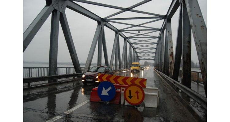 Trafic rutier restricţionat pe Podul Olt pentru repararea unei gropi