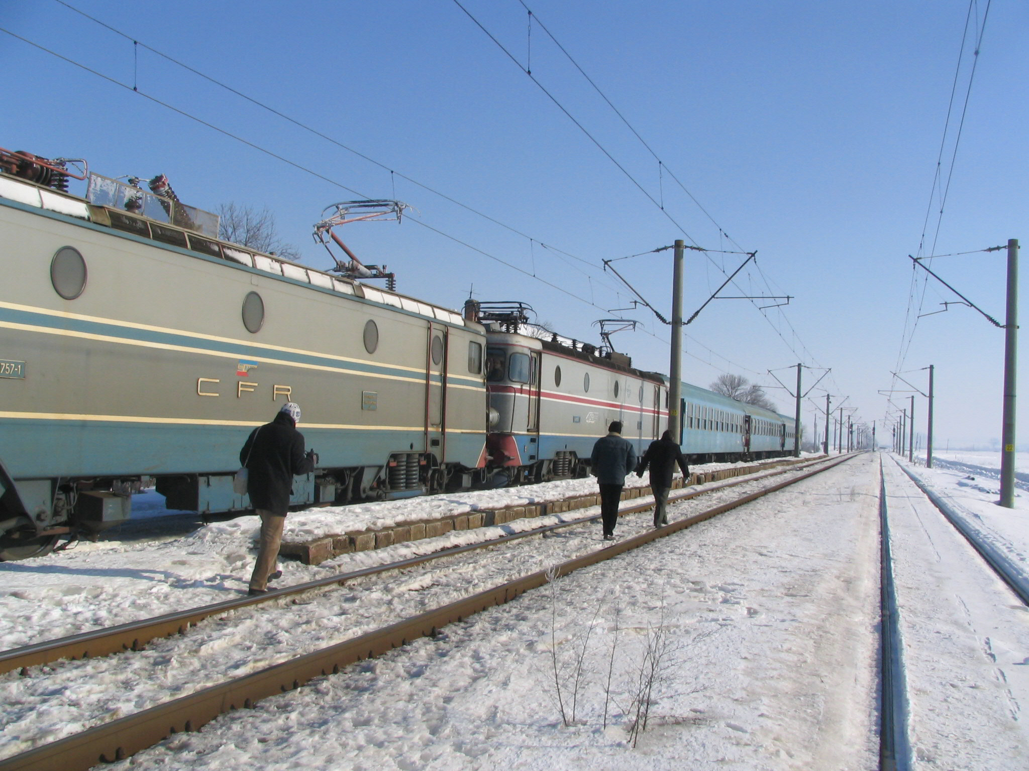 Mehedinţi: 7 imigranţi sirieni şi iranieni cu copii mici, prinşi în tren spre Severin