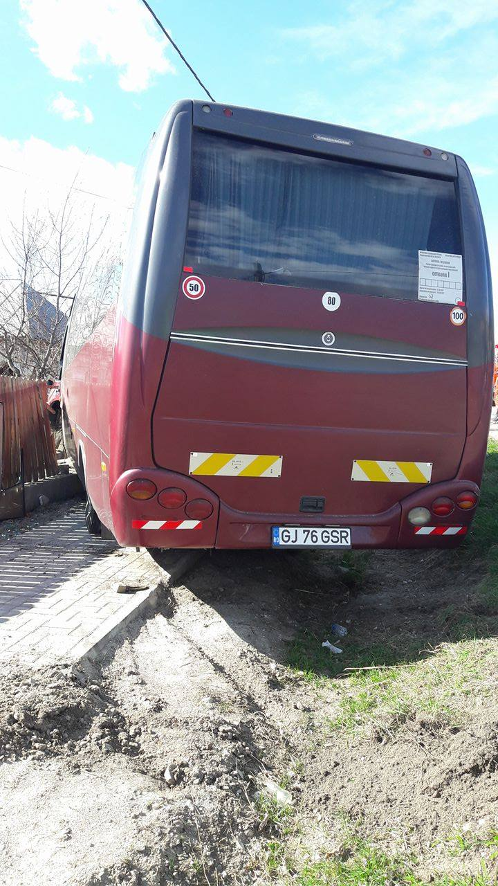 Foto/Video. Accident la Bunești, Vâlcea. Un autocar cu turiști a intrat într-un gard