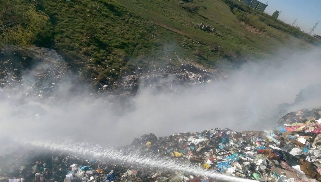 Video/Incendiu la fosta groapă de gunoi de la ieşirea din Slatina spre Piteşti