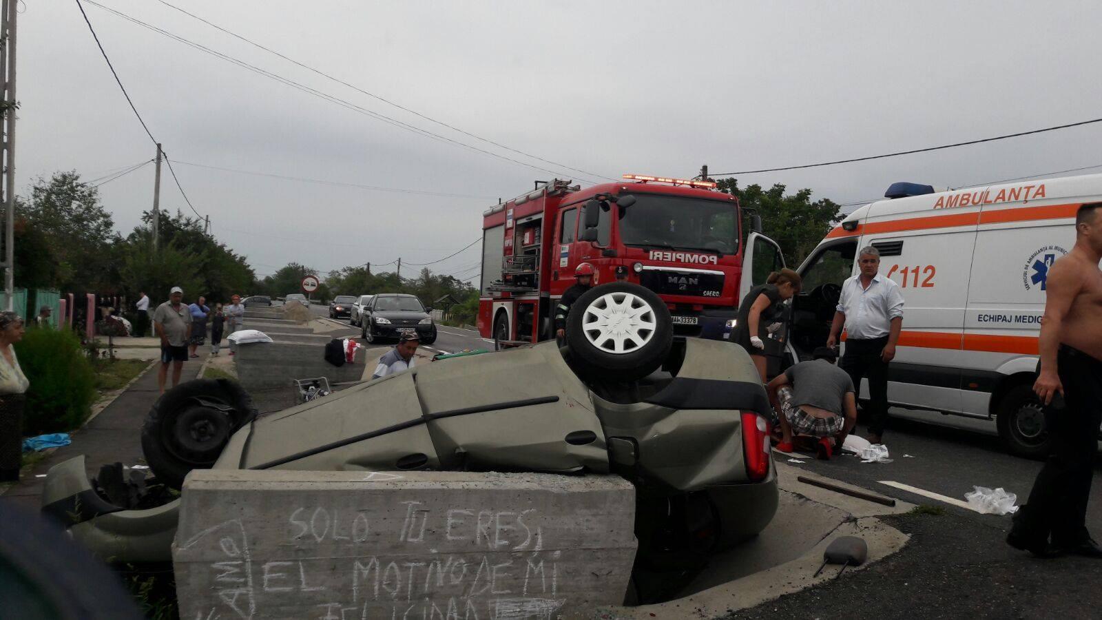 Video/O femeie a murit și alte două au fost grav rănite după ce autoturismul în care se aflau a lovit un cap de pod și s-a răsturnat