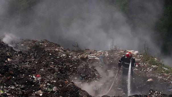 Directorul firmei care deține depozitul de gunoi din Vâlcea, unde un incendiu e neatins de o lună, plasat sub control judiciar