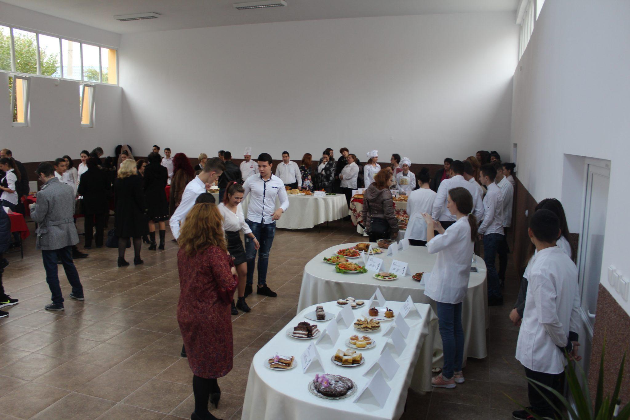 Elevii de la Liceul Economic Slatina au gătit mâncare tradiţională şi din bucătăria lumii