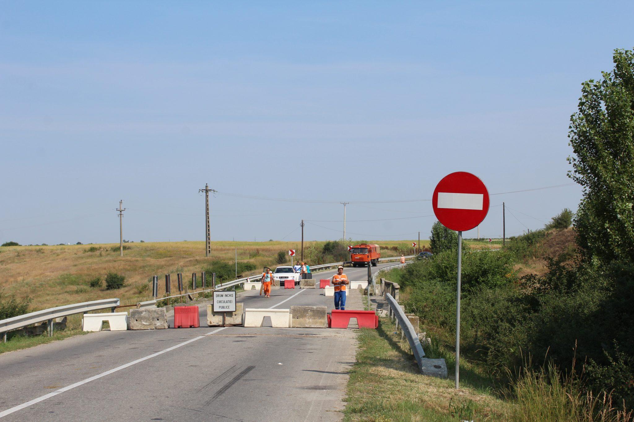 Construirea podului din cauza căruia este închis DN 64, scoasă la licitaţie