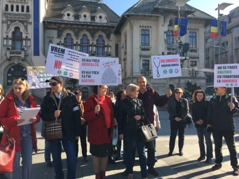 Medicii de familie, protest în fața Prefecturii Dolj
