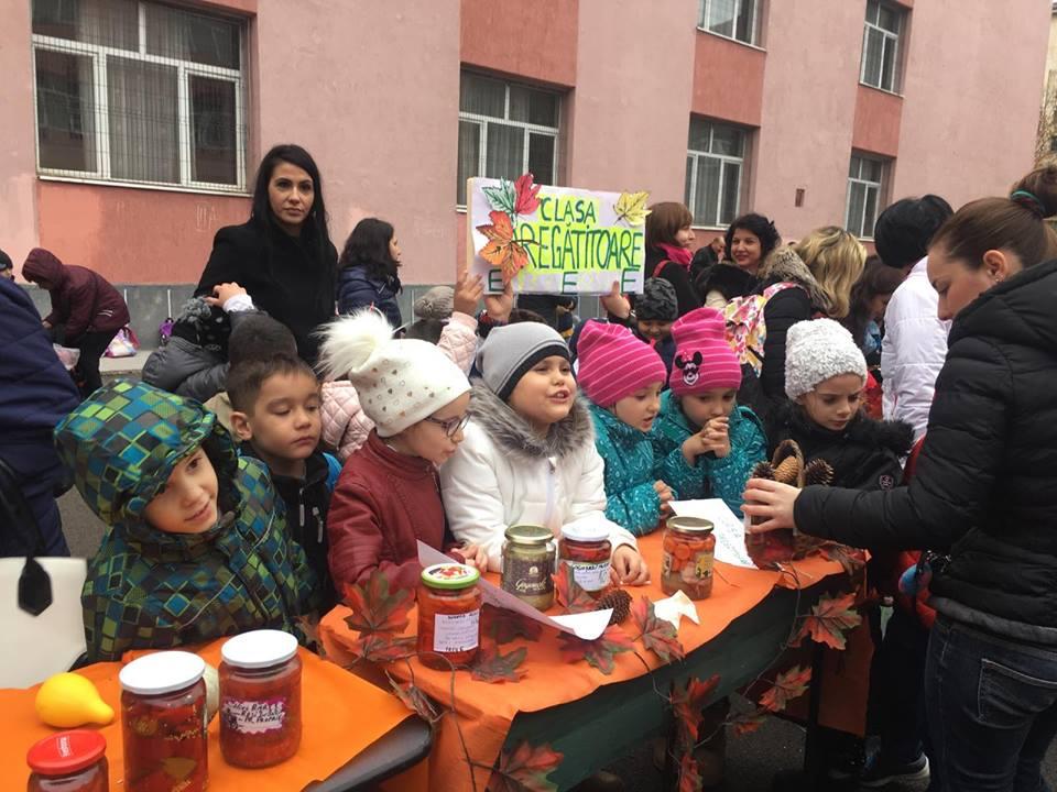 Au vândut murături și dulcețuri pentru a reabilita fântâna din curtea școlii