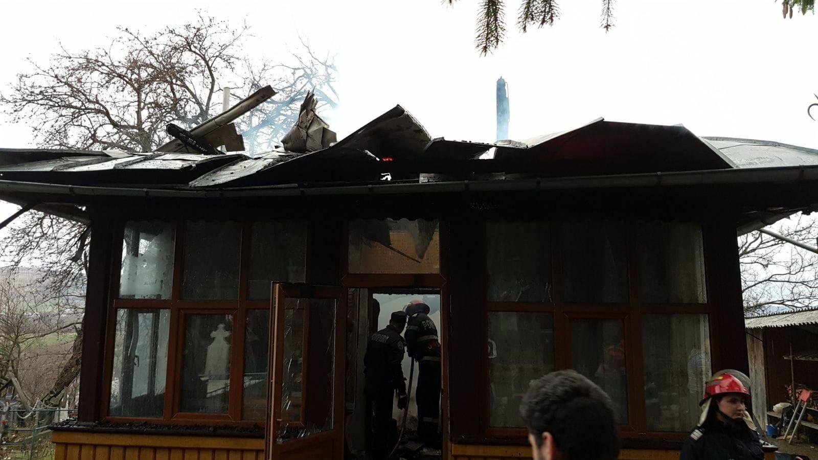 Vâlcea: Biserică din lemn, monument istoric, cuprinsă de flăcări