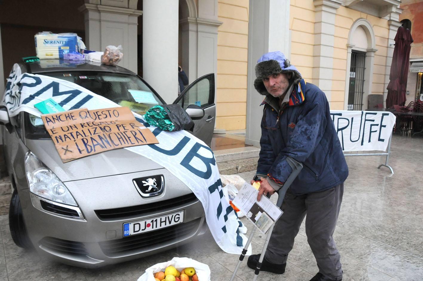 Oltean în grevă, în fața unei foste bănci din Italia