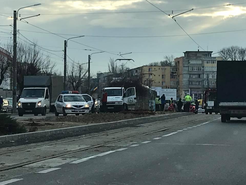 Accident între un tramvai și o mașină cu pomi. Doi angajați RAADPFL, la spital