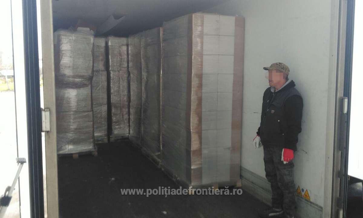 VIDEO/ 8 tone de tutun, ascunse într-un TIR cu detergent, oprit în vama Bechet