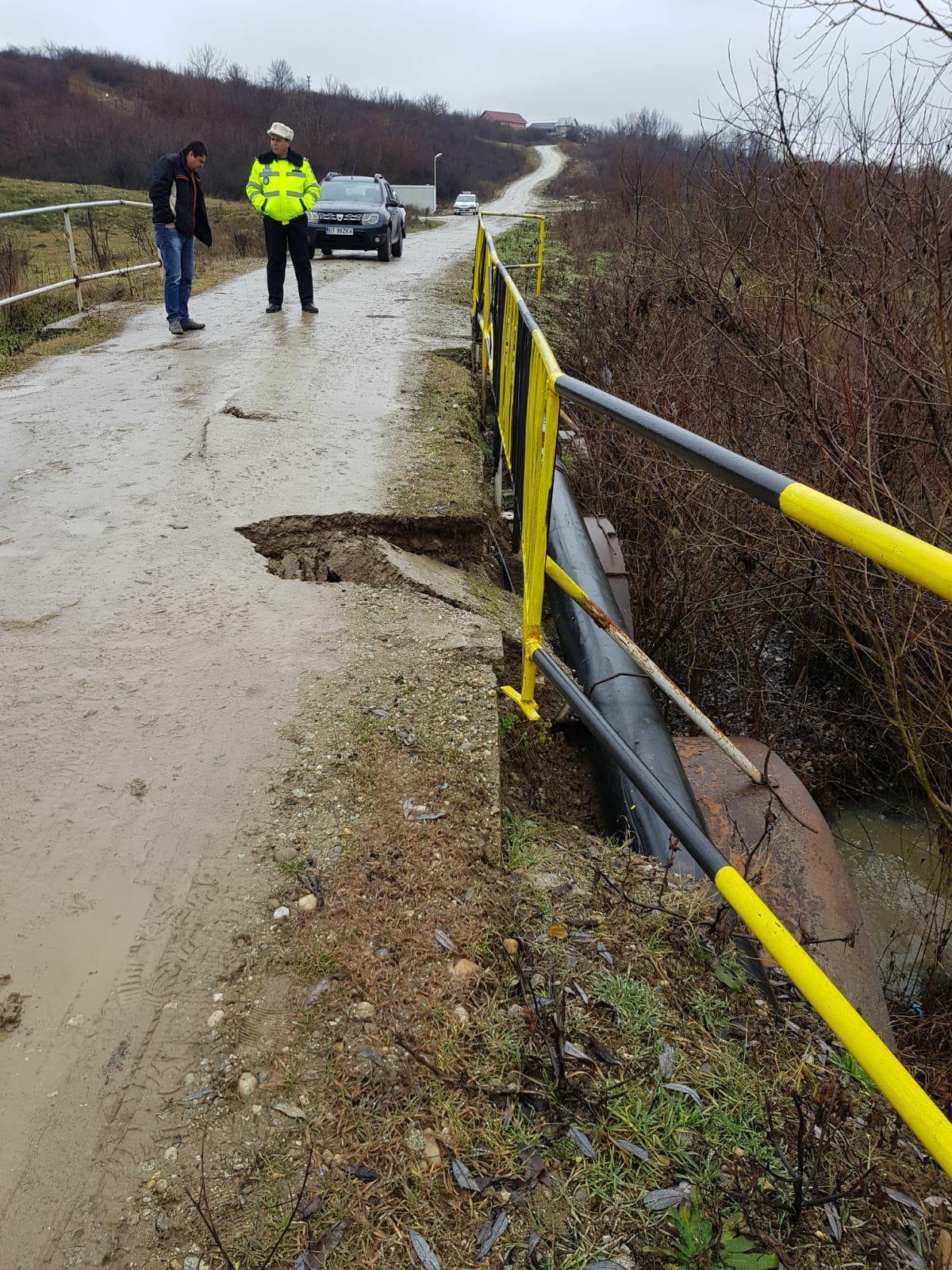 Groapă pe podul care leagă cartierele slătinene Cireaşov şi Satu Nou
