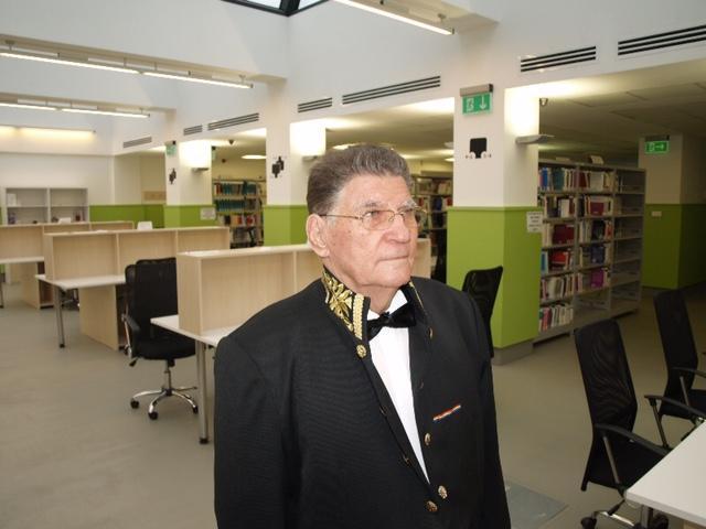 Profesorul Ion Dogaru, fondatorul Facultăţii de Drept din Craiova, donează 4.000 de cărţi de specialitate bibliotecii insituţiei