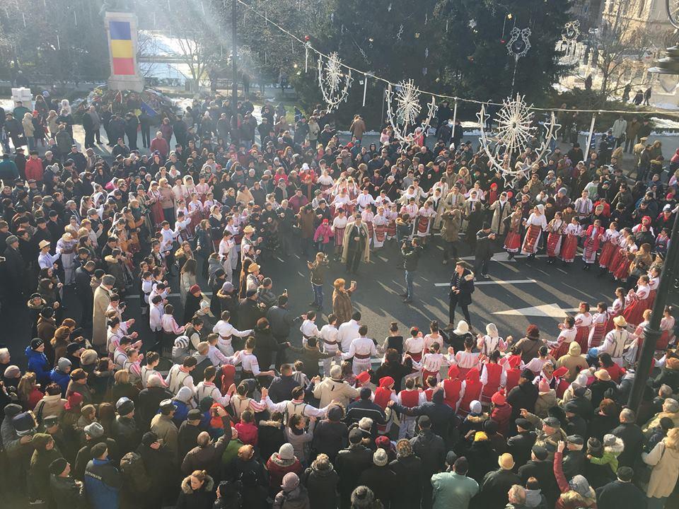 Craiovenii și oficialitățile doljene s-au unit în horă