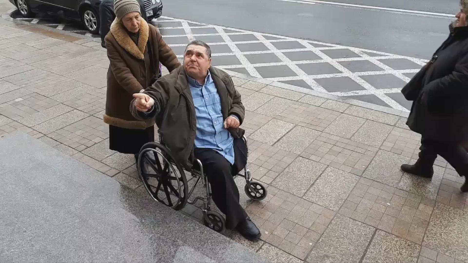"""""""Dacă era uscat, mă târam pe treptele astea. Vreau să îi cer domnului primar dreptul de a protesta că nu are audienţe, că strada mea nu este asfaltată"""""""