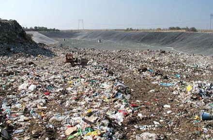 Consilierii locali cer ca Polaris să ia măsuri cu mirosul de la groapa de gunoi