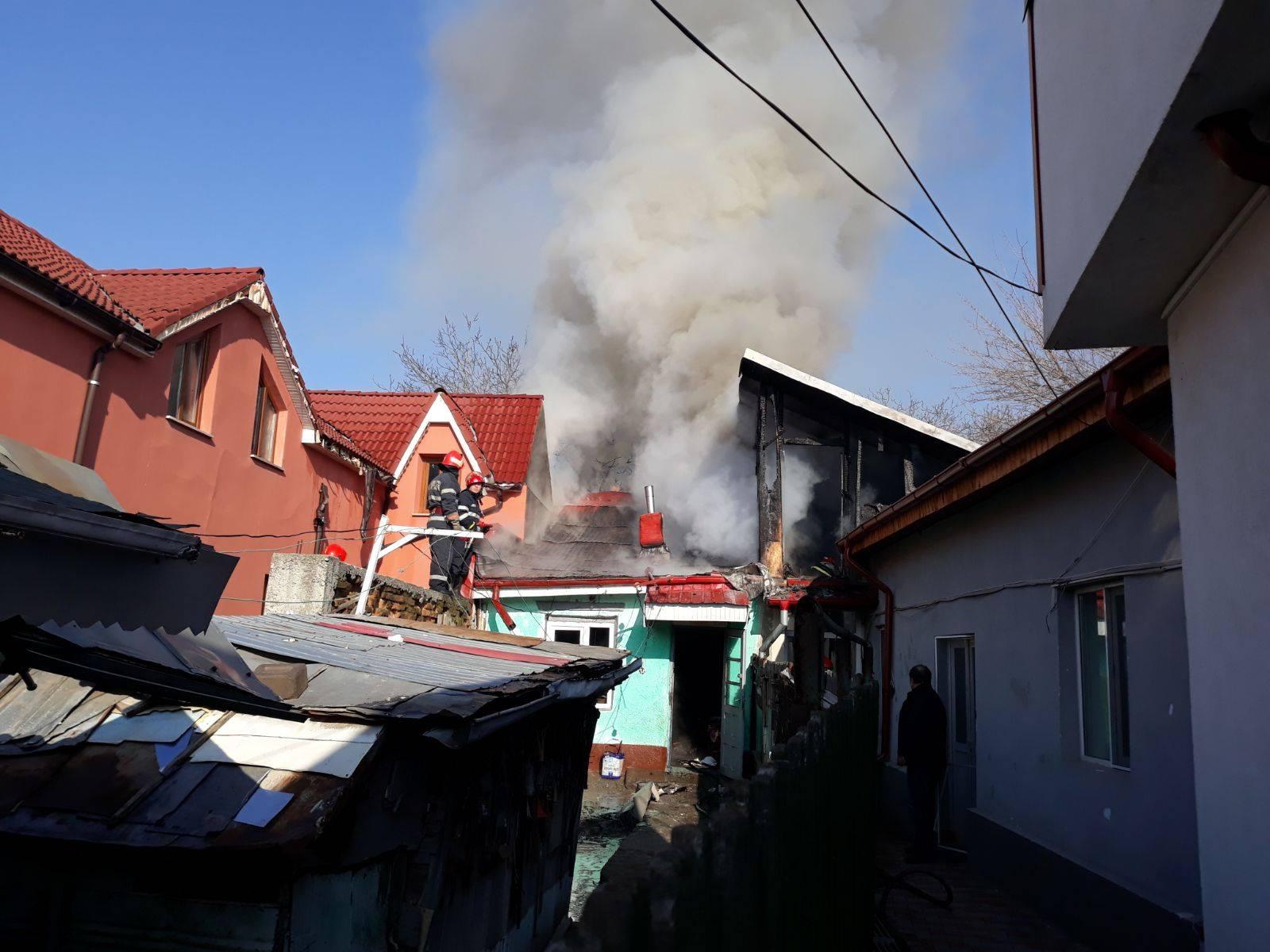 FOTO & VIDEO. Trei case distruse și un om la spital, după un incendiu în Caracal