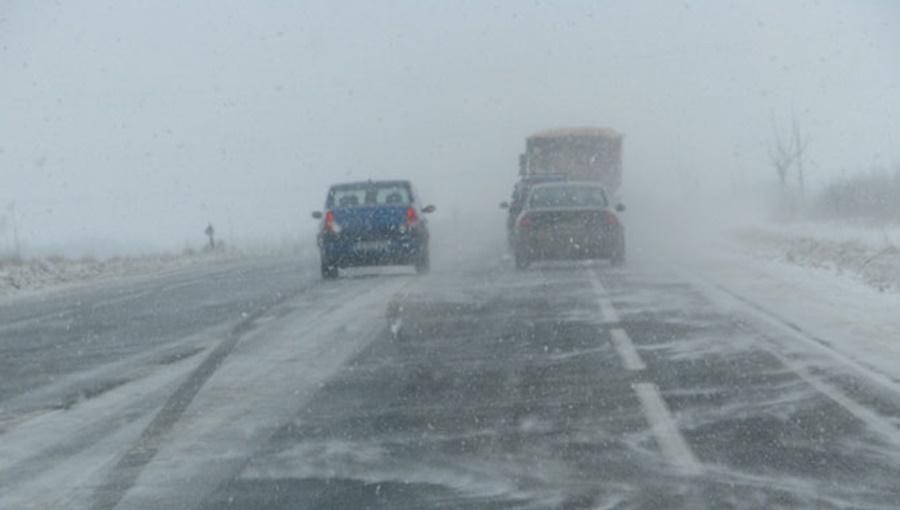 Olt: Drumuri închise din cauza viscolului şi ninsorii
