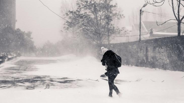 Ger şi ninsori abundente, weekend prelungit pentru elevi