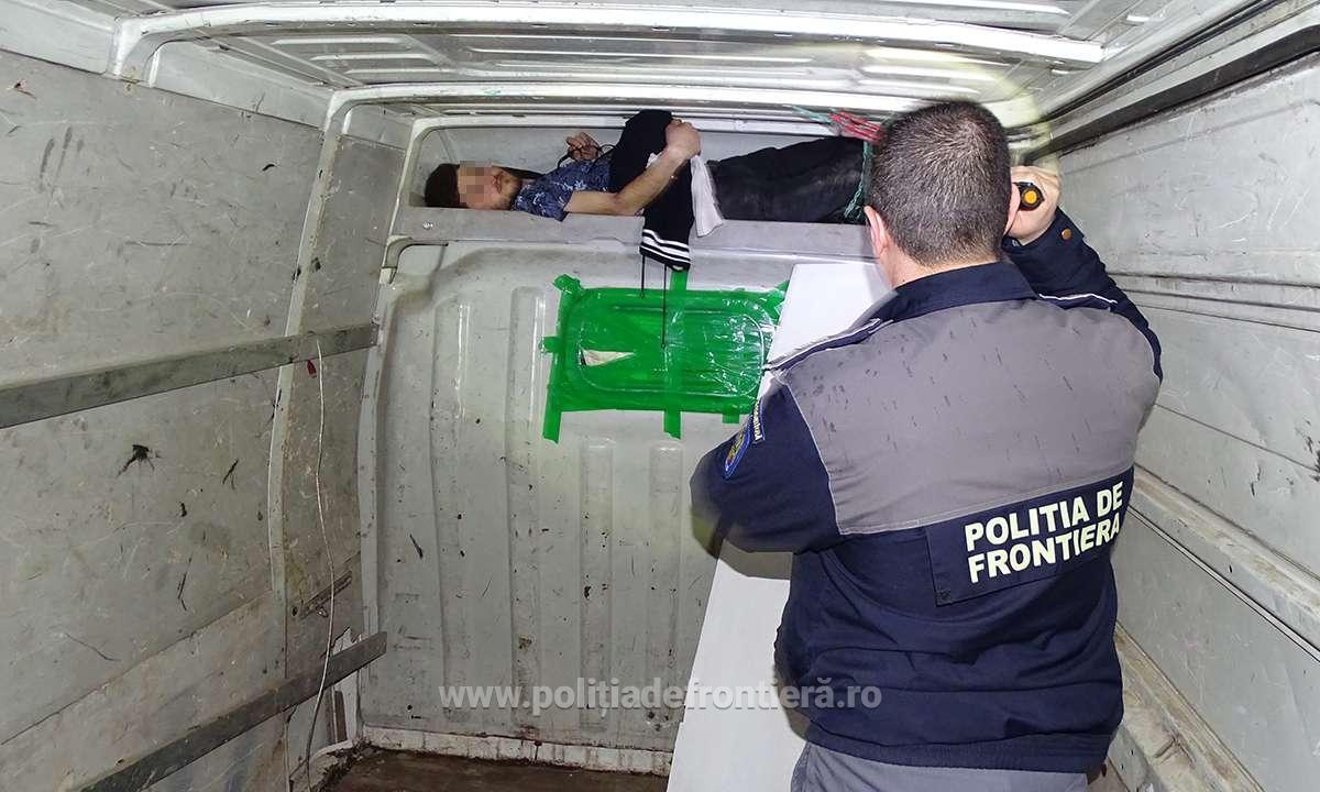 VIDEO/ Irakian, ascuns într-un microbuz, găsit de poliţiştii de la Frontiera Calafat