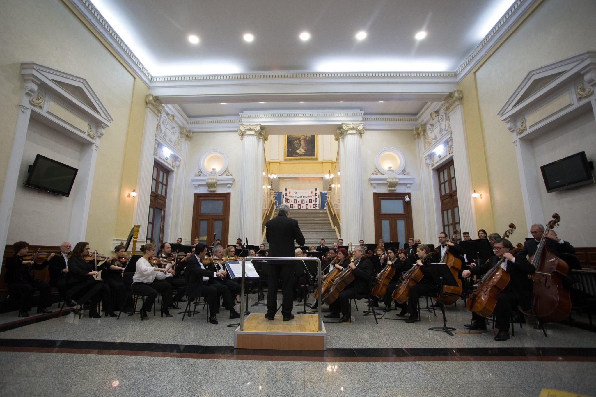 VIDEO/ Concert simfonic de Ziua Olteniei, în holul Universităţii din Craiova