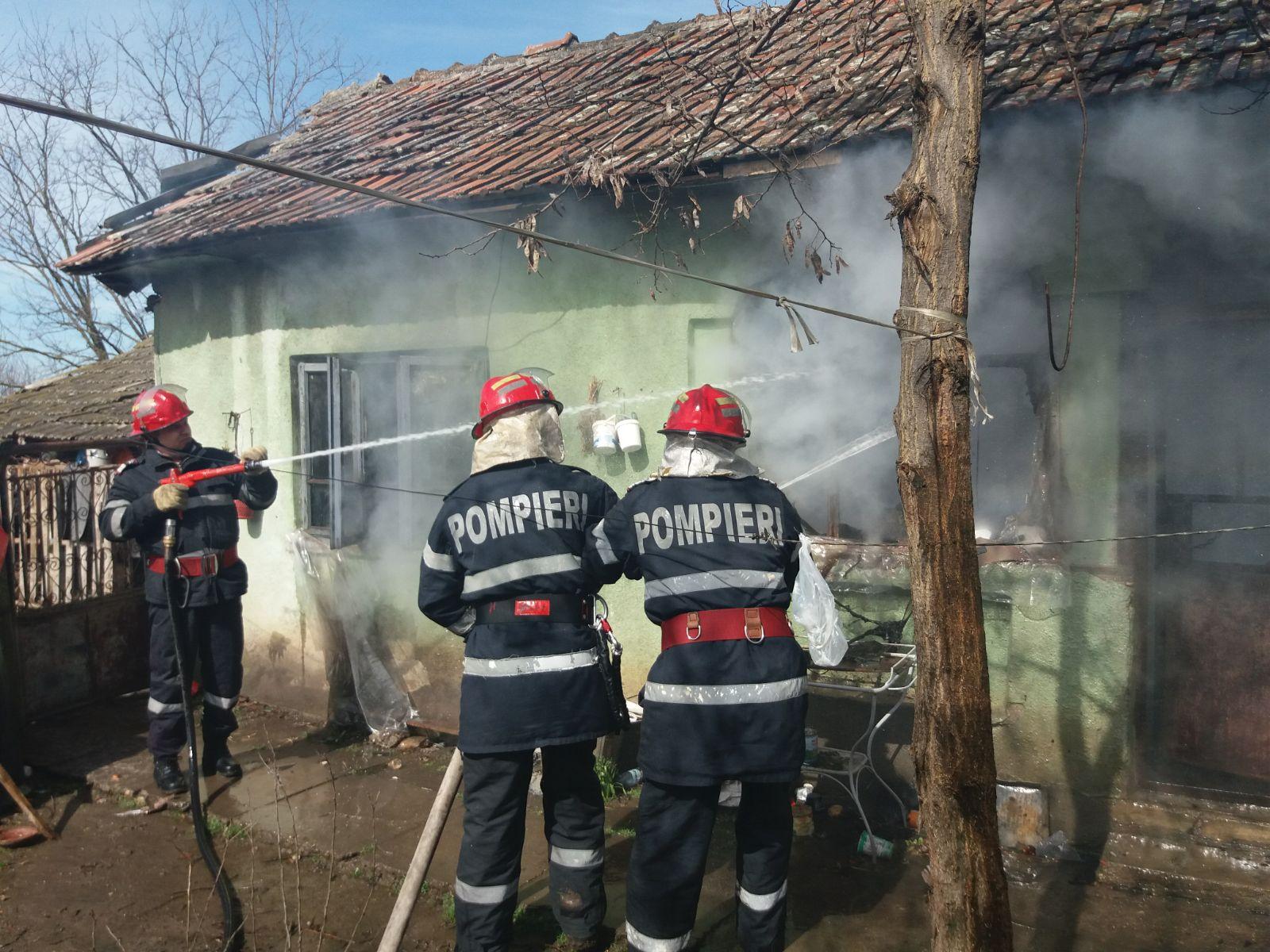 VIDEO/Bătrână decedată după ce un incendiu i-a cuprins casa