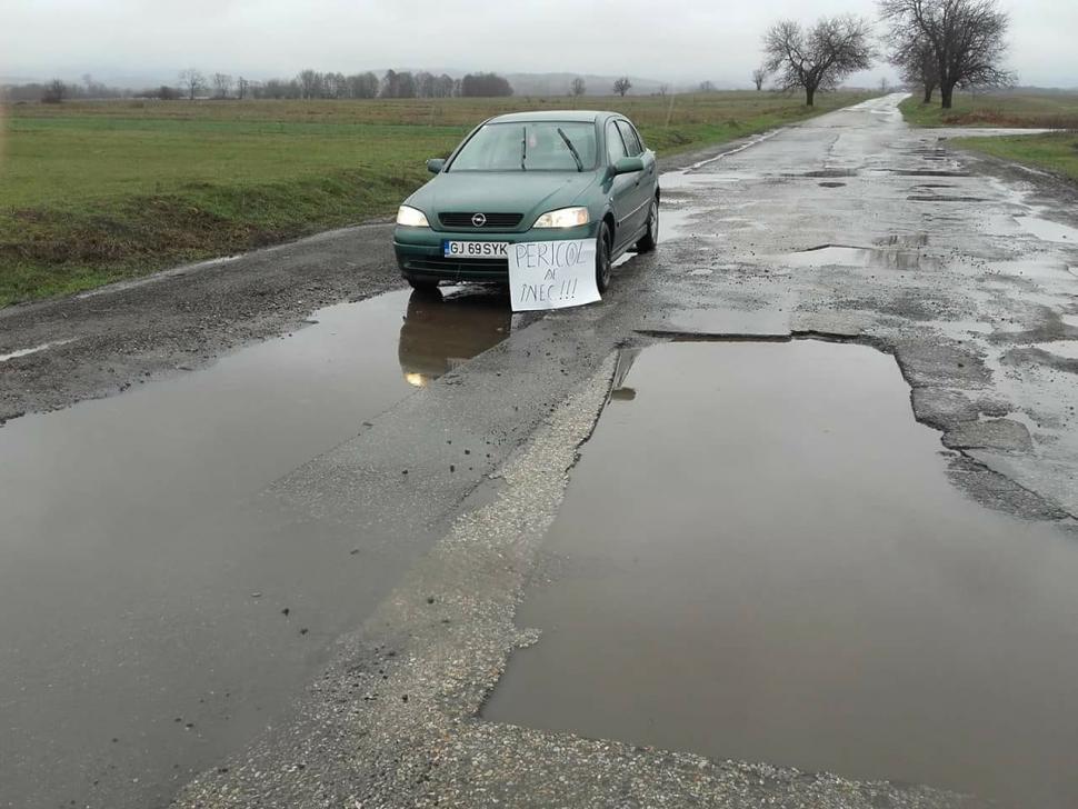 """""""Pericol de înec"""", pe drumul dintre Târgu Jiu și Stănești"""