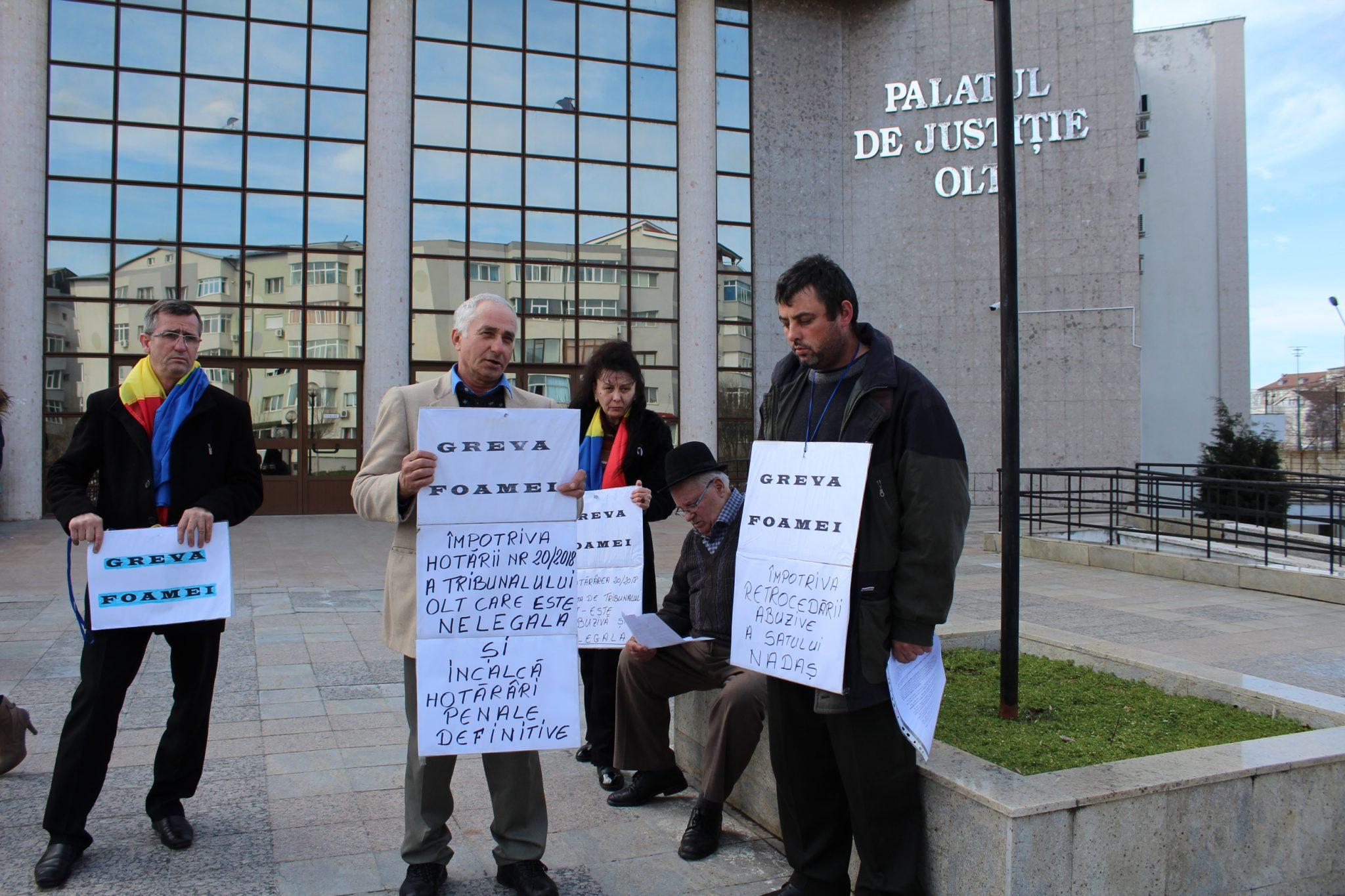 VIDEO / Aradeni în greva foamei la Tribunalul Olt. Satul lor a fost retrocedat