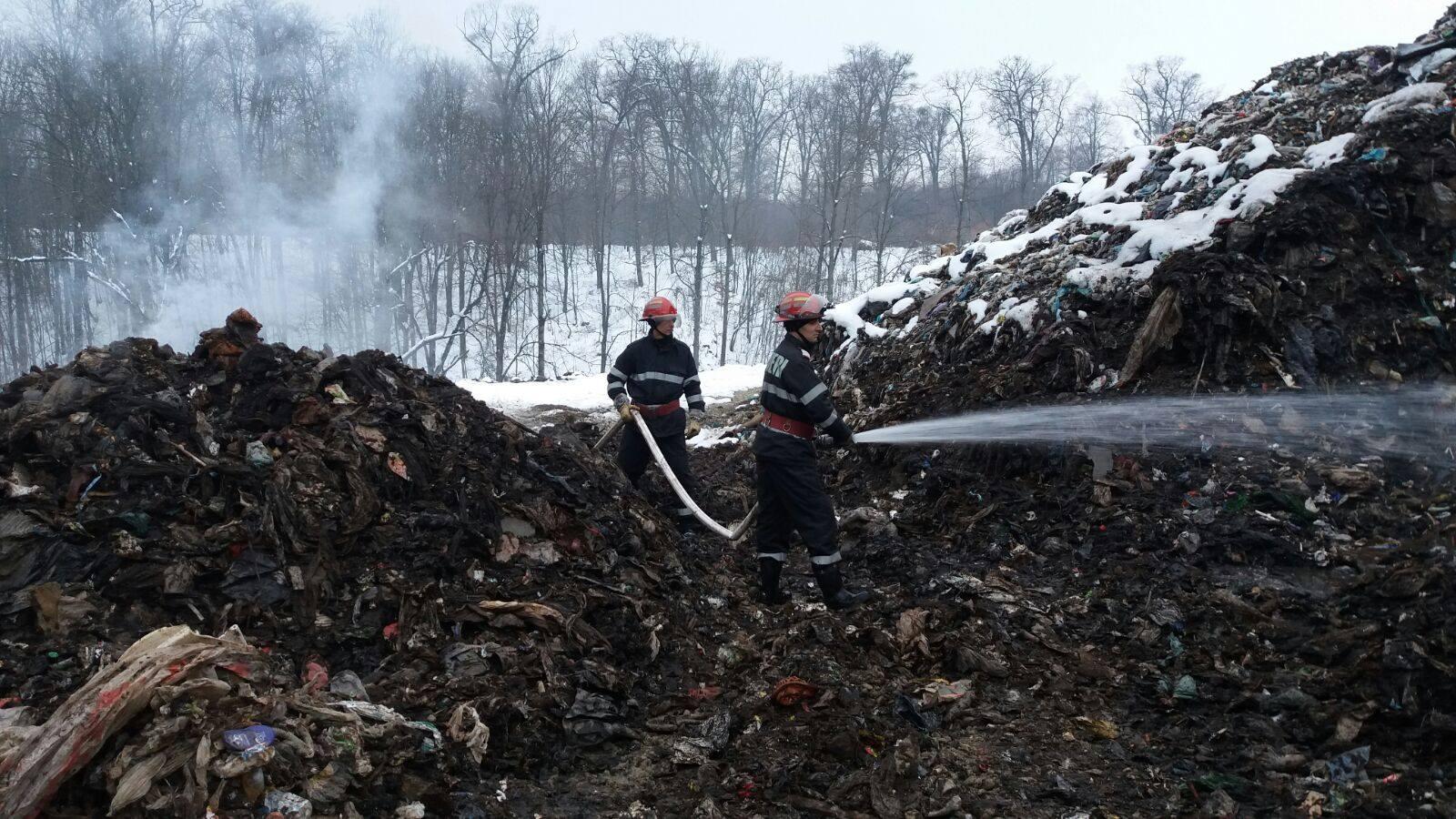 Vâlcea: A reizbucnit incendiul de la groapa de gunoi din Măldăreşti