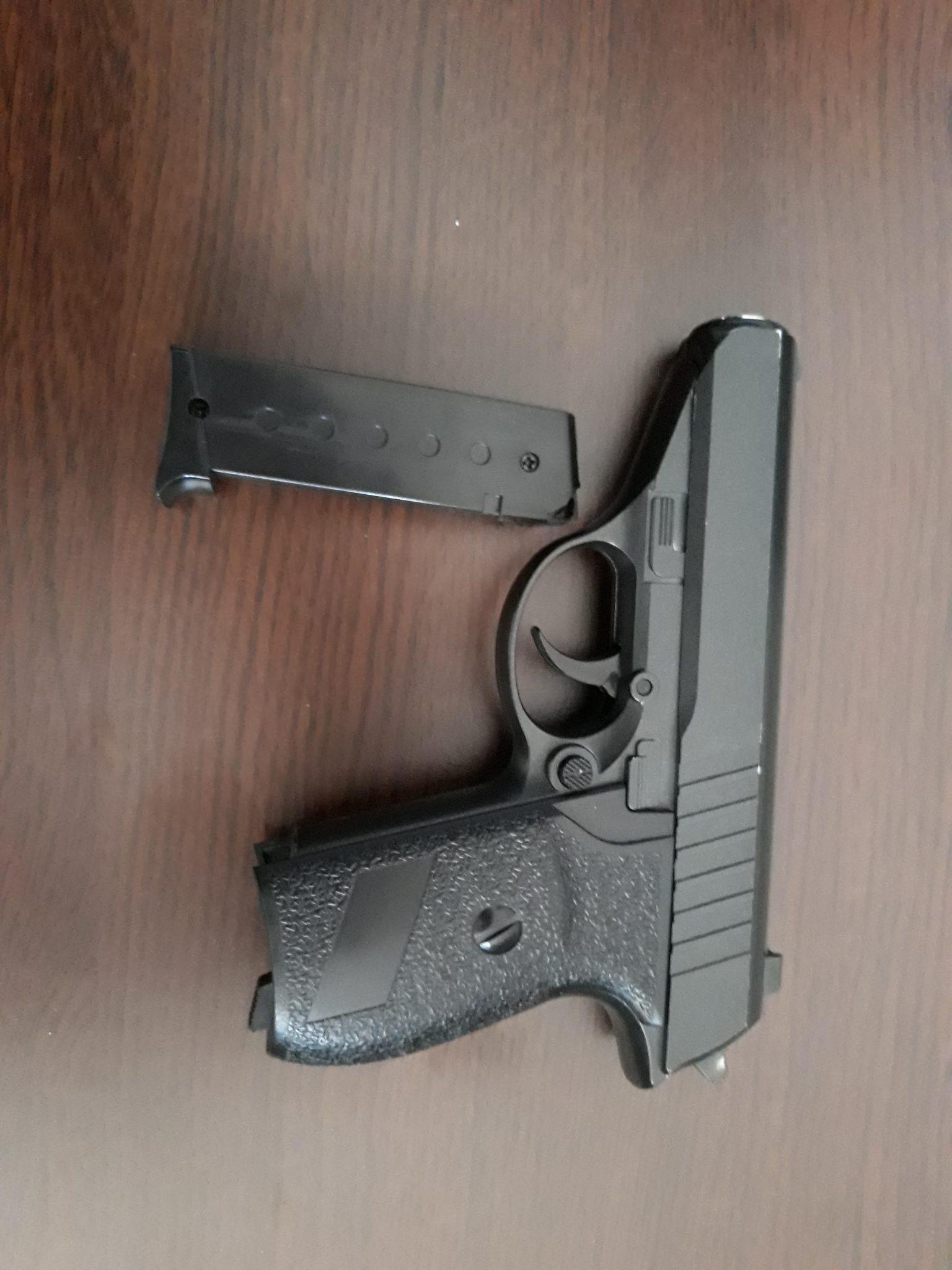 Un elev a tras cu un pistol cu bile de plastic asupra unei colege