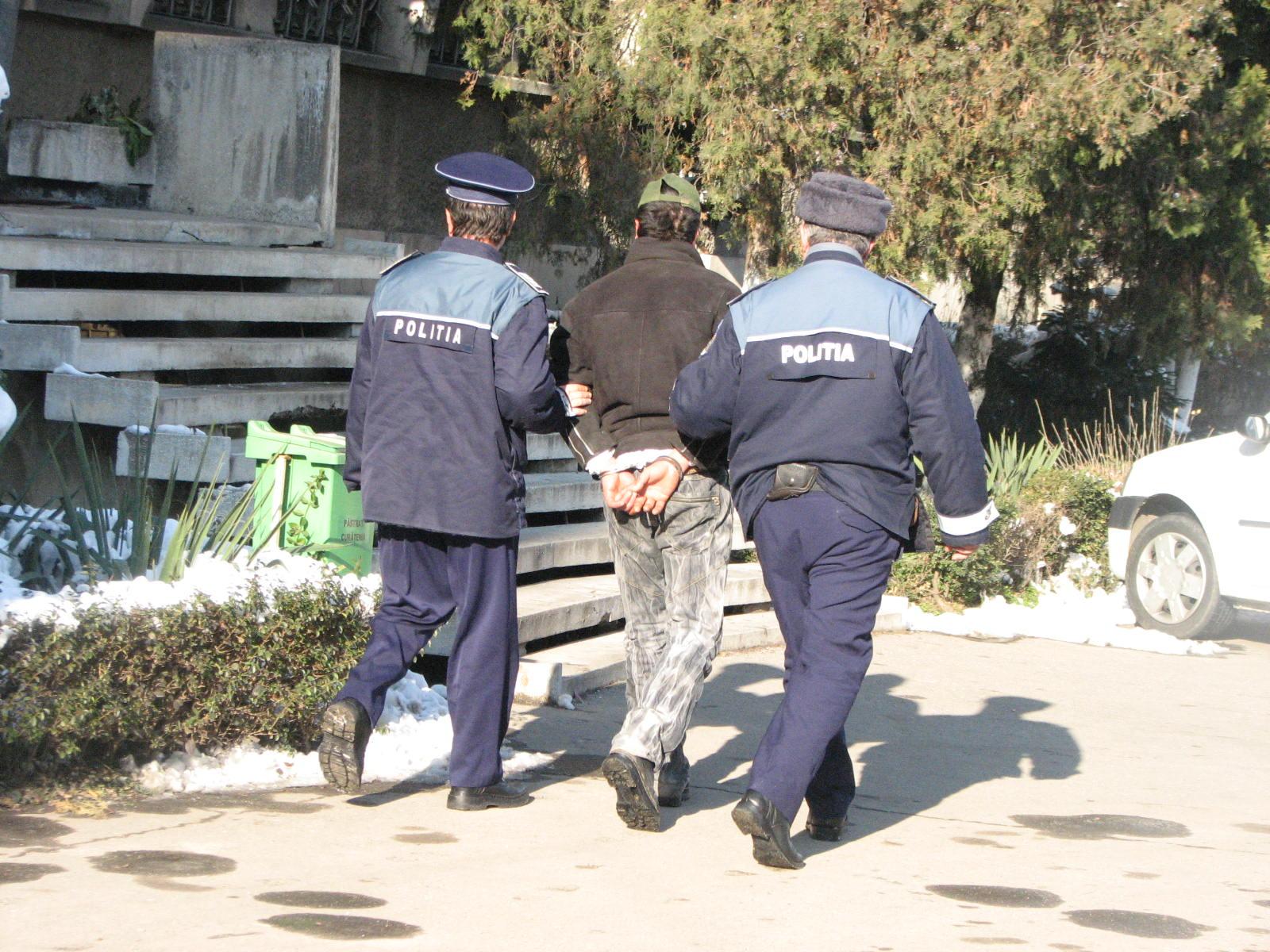 Mehedinți: Poliția Rutieră a încătușat un șofer oprit în trafic