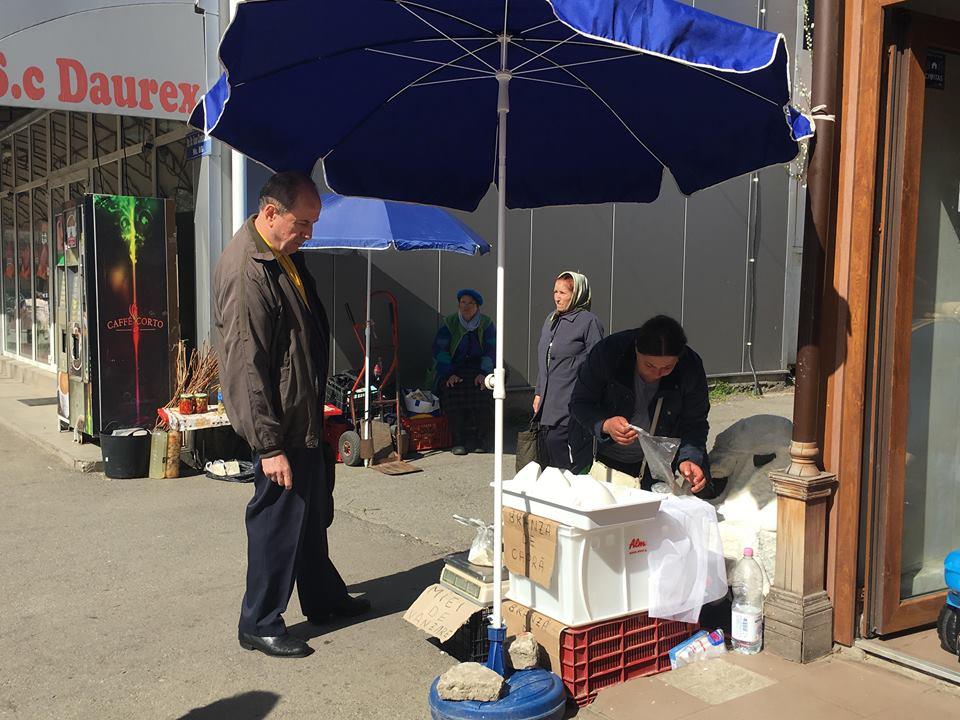 Pericol pentru sănătatea craiovenilor, sub nasul polițiștilor locali. Brânză, ouă și lapte vândute direct de pe trotuar