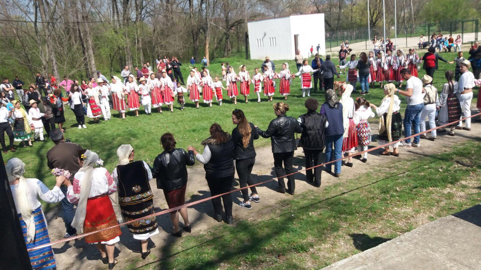Hora de pomană, obicei ținut în a doua zi de Paște, la Bârca