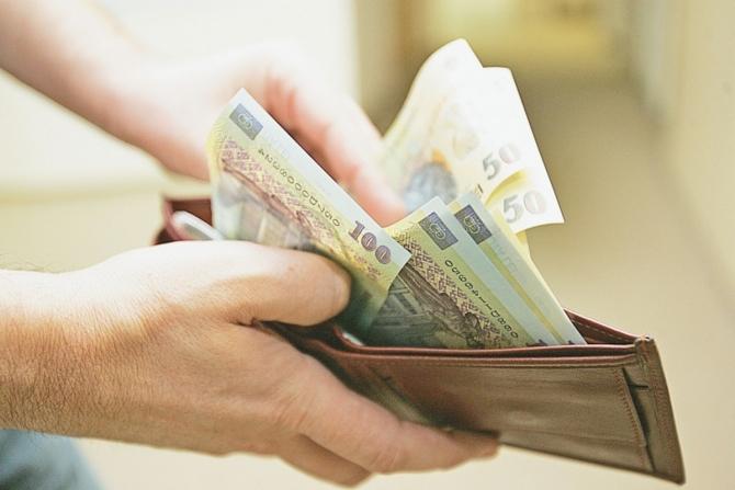 Pensionarii şi profesorii nu primesc banii înainte de Paşte
