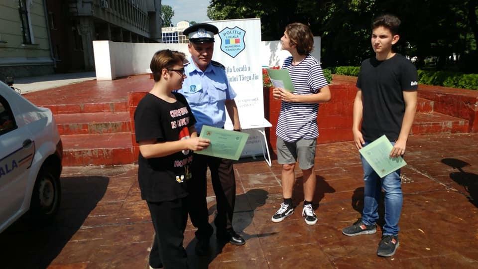 Au găsit o brățară de aur în parc și au predat-o polițistului local. Cei trei elevi au fost premiați pentru gestul lor