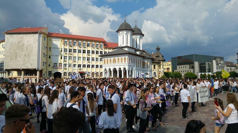 Peste o mie de tineri pe străzile din Târgu Jiu