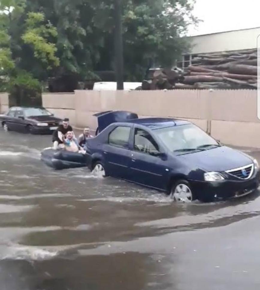 Cu salteaua de apă, la plimbare pe străzile din Târgu Jiu
