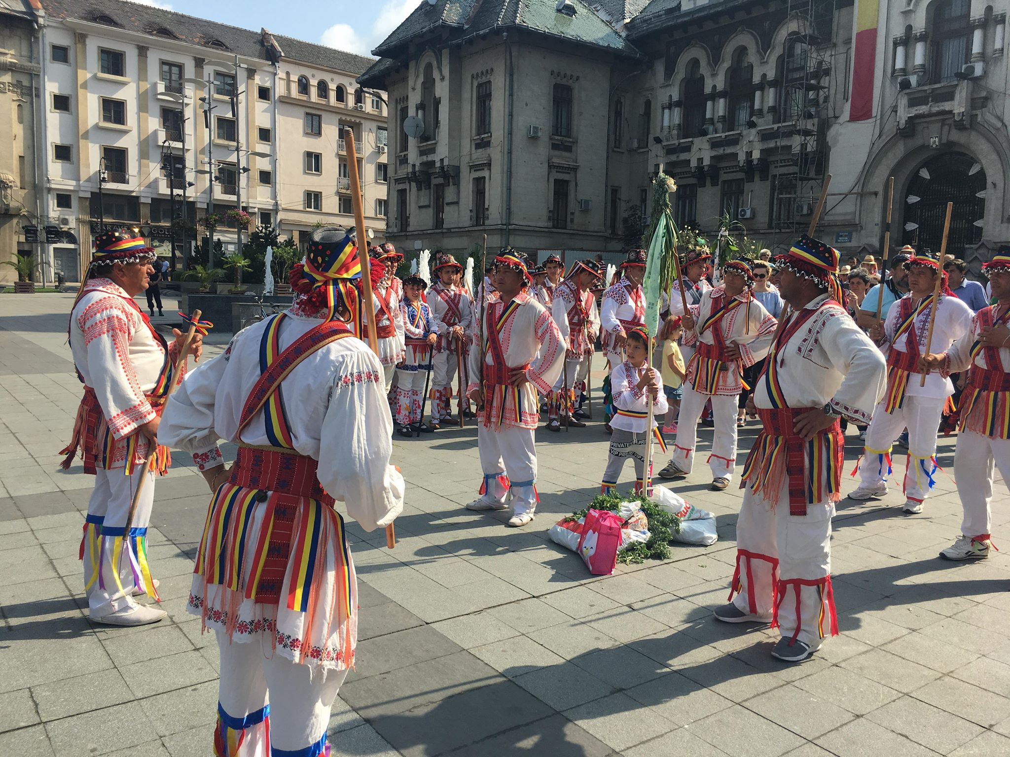 Cetele de căluşari din Dolj şi Olt, spectacol inedit de Rusalii în centrul Craiovei şi în Parcul Romanescu