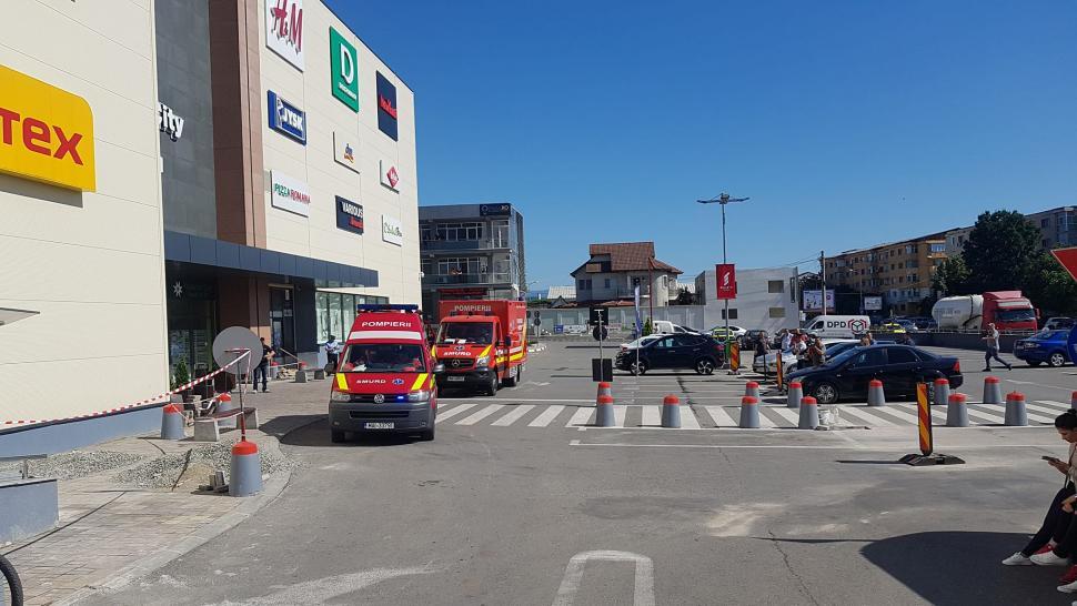 Ambulanțe și pompieri la mall-ul din Târgu Jiu. Clienții, evacuați de urgență