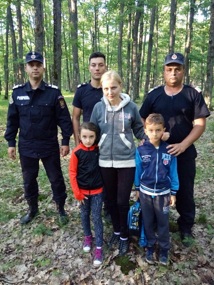 Familie cu doi copii de 7 și 8 ani, rătăcită în pădure la cules de ciuperci