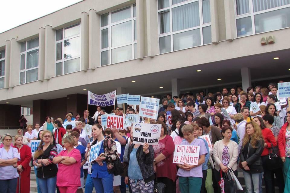 Lipsa soluțiilor financiare a scos în fața Spitalului de Urgență din Craiova sute de angajați