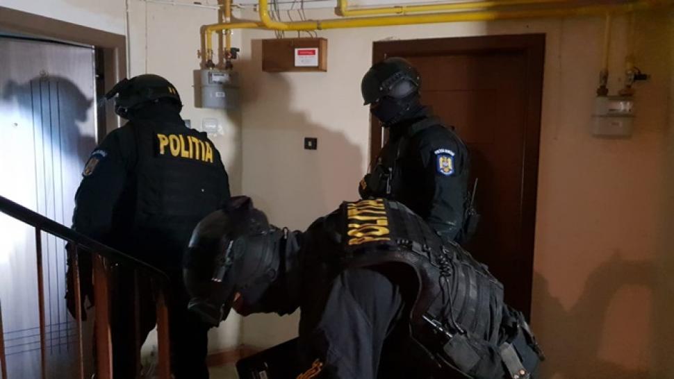 """Tineri din Gorj, reținuți după perchezițiile privind traficul de droguri. Aceștia formau """"nucleul"""" mediului studențesc timișorean"""